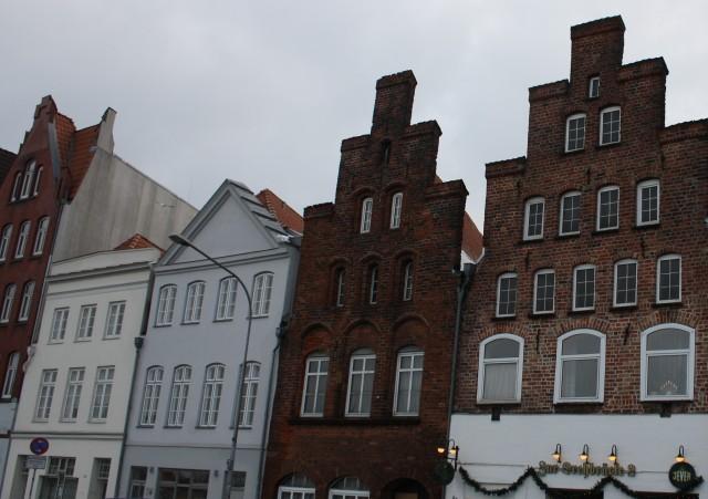 Jeg syntes disse huse var sjove, fordi de mindede mig om kulisser, fordi en del af facaden var en skin-facade. Det kan vist svagt anes hvad jeg mener.