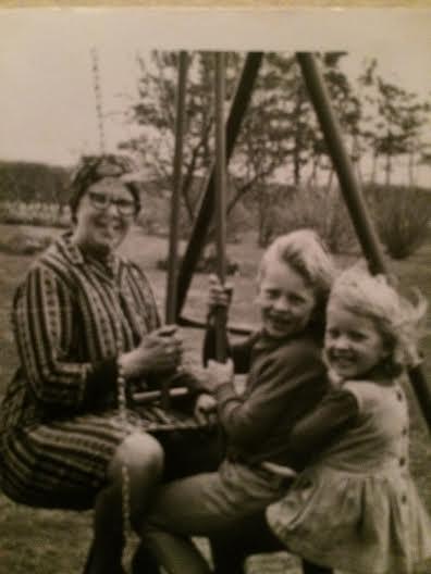 Mormor og min søster og jeg gynger. Mormor var altid med på den værste.