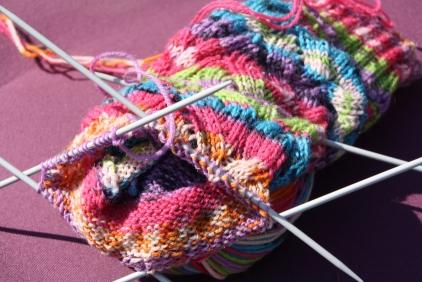 Jeg strikker strømper. Jeg ved nogle strikkere hader multifarvet garn, men jeg synes det er motiverende, at farverne ændrer sig :-)